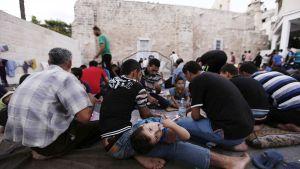 Palestiinalaispakolaiset kerääntyivät ortodoksikirkon suojaan Gazan kaupungissa 25. heinäkuuta.