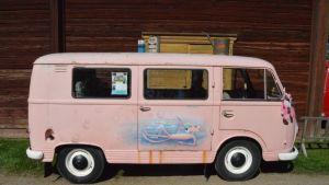 pinkki auto, jossa vaaleanpunainen pantteri maalattuna