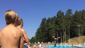uimahyppääjä hyppää altaaseen