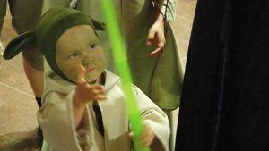 2-vuotias Saana Yoda-jediritarina Ropeconissa Espoossa 25.7.2014.