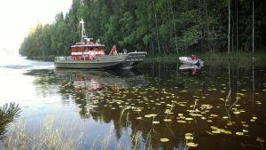 Rantasalmelta tullut palovene sunnuntaina iltapäivällä Heinäveden Pitkälahdessa lähellä Peukaloniemen maastopalopaikkaa.