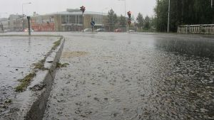 Sade tekee lammikoita kadulle