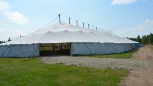 Kaupunkifestivaalin jättimäinen teltta ulkoa.