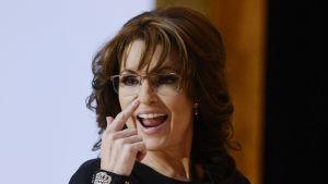 Yhdysvaltalainen republikaanipoliitikko Sarah Palin ilmeilee poistuessaan konservatiivien kokouksen CPACin lavalta Marylandissa maaliskuussa 2014.