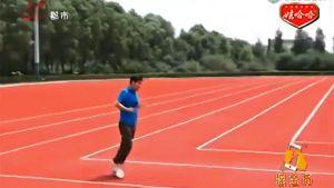 Mies näyttää Youtube-videossa mallia, miten juostaan nelikulmaisella juoksuradalla Kiinassa.