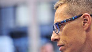 Alexander Stubb kuvattuna sivuprofiilista ennen EU-kokouksen alkua 16. heinäkuuta.