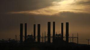 Gazan sähkövoimala kuvattuna puolipilvistä iltataivasta vasten.
