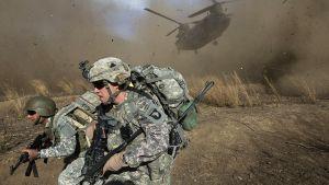 Sotilaat väistivät laskeutuvaa helikopteria Spira-vuorilla Afganistanissa marraskuussa 2009.