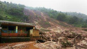 Mutavyöry valokuvattuna Malinin kylässä Länsi-Intiassa 30. heinäkuuta.
