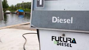 Dieselpolttoaineautomaatti veneasemalla