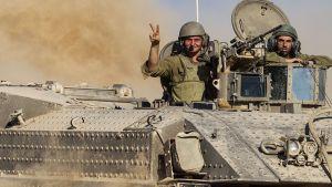 Israelilaissotilaita Gazan rajalla 30. heinäkuuta.
