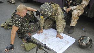 Ukrainan Donbas-pataljoonan sotilaat Pervomayskin kartan äärellä 31. heinäkuuta.