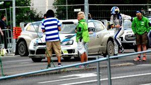 Lähdössä Jari-Matti Latvala nostelee jalkojaan.