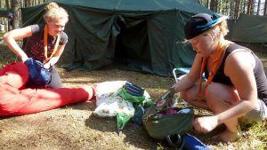 Partiolaiset pakkaavat leirivarusteita.