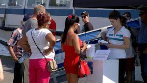 Matkustajia ostamassa risteilylippuja.