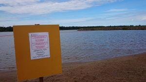 Kuvassa uimista vältettävä - kyltti uimarannalla
