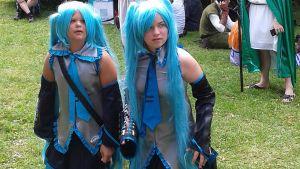 Kuvassa virtuaalihahmoiksi pukeutuneet kaksi tyttöä