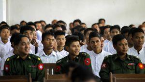 Myanmarin armeija vapautti lapsisotilaita myös tammikuussa 2014. Valkopaitaiset pojat luovutettiin vanhemmilleen tai huoltajilleen.