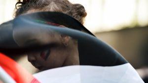Ihmiset kerääntyivät tuomaan kukkia Gazassa kuolleiden lasten muistolle Brysselissä, Belgiassa perjantaina.