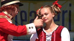 Kaksi tanssijaa Tampereen Teatterikesän avajaisissa