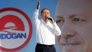 Erdogan puhuu yleisölle mikrofoniin