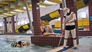 Vuonna 2012 yksi tehtävänä oli kuvata Star War-hahmo Storm trooper putsaamassa uima-allasta yhden tiimin jäsenen siemaillessa cocktail-drinkkiä.