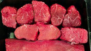 Tuoretta lihaa kaupan tiskillä.