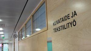 Kuvataiteen ja tekstiilityön luokka Uimaharjun koululla.