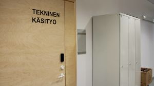 Teknisen käsityön luokka Uimaharjun koulussa.