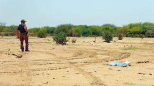 mies aavikolla koneen putoamispaikalla