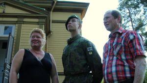 Sotilasvalansa vannonut Petrus Siidorov isänsä Tapion ja äitipuolensa Eijan kanssa.