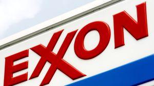 Exxonin logo brooklynilaisella bensa-asemalla.