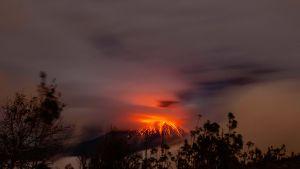 Tungurahuan tulivuori Huambalon kylästä katsottuna Ecuadorissa 4. elokuuta. Tulivuoresta on noussut uutta magmaa viikon ajan.