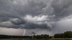 Salama iski Jyväskylässä Nenäinniemessä puolilta päivin 29. heinäkuuta 2014.