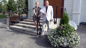 Nona Lehtinen ja Martti Puontila Tornion kirkon portailla