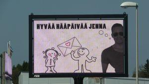 Hääpäiväviesti mainosten seassa Torpintien risteyksessä Torniossa