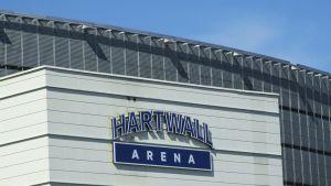 Hartwall Arenan uusi logo hallin ulkopuolella.