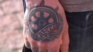 Lahden vaakuna tatuoituna.