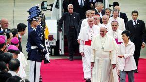 Paavi ja presidentti punaisella matolla.
