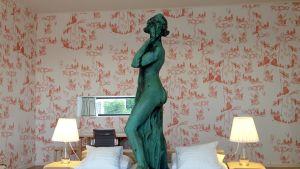 patsas seisoo vuoteella huoneessa