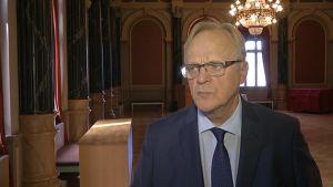 Työministeri Lauri Ihalainen Oulun kaupungintalon juhlasalissa.