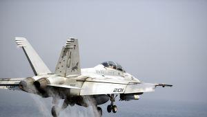 Yhdysvaltain laivaston Hornet lähtee Persianlahdelta USS George H.W. Bush -lentotukialuksen kiitoradalta Irakiin 15. elokuuta 2014.