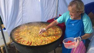 Mies valmistaa ruokaa ravintolapäivänä 17. elokuuta 2014.
