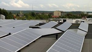 Suomen suurin aurinkovoimala on Saloran vanhan televisiotehtaan katolla.
