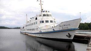 Blue White Eagle-laiva Rauhassa on alkanut kallistua.