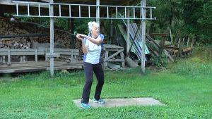 80-vuotias Eila Mikola heittää moukaria