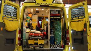 Ambulanssi takaovet auki