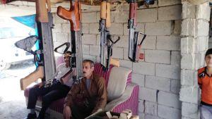 Mies myy aseita asebasaarissa Erbilissä.
