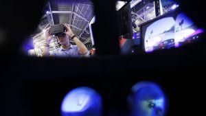 Messuvieras kokeili Oculus Rift -laseja elektroniikkatapahtumassa Singaporessa lokakuussa 2013.