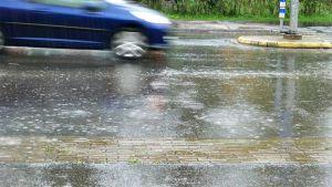 Auto ajaa sateessa.